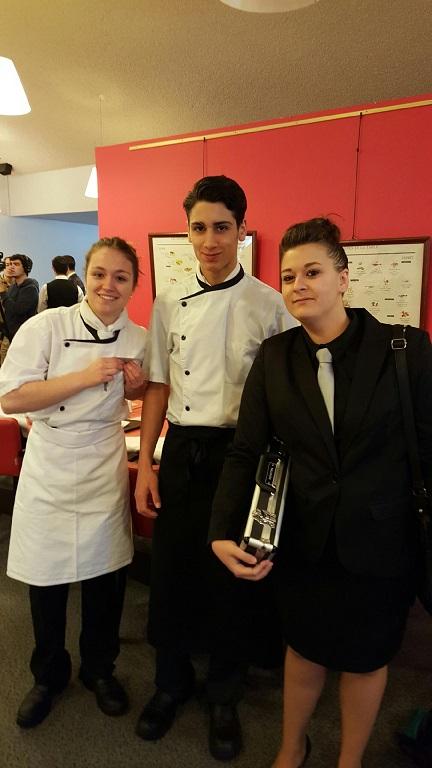 Arrivée au lycée Gustave Eiffel : les candidats sont en uniforme, prêts à concourir
